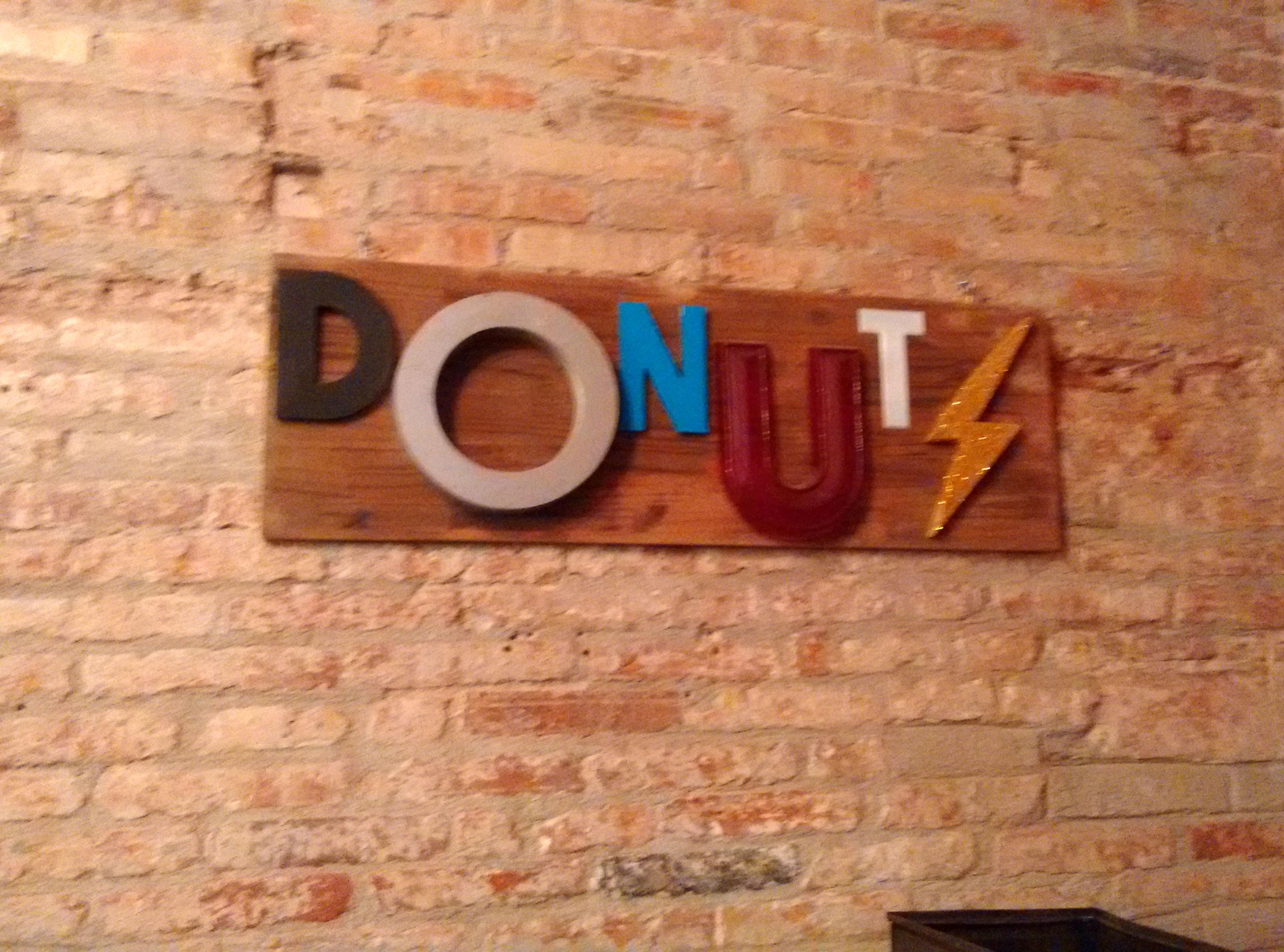 """La Donutería: cartel """"Donuts"""""""